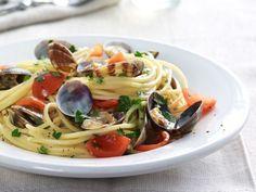 Muschel-Spaghetti mit Tomaten ist ein Rezept mit frischen Zutaten aus der Kategorie Fruchtgemüse. Probieren Sie dieses und weitere Rezepte von EAT SMARTER!