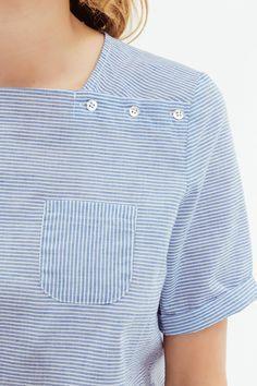 La féminine blouse Elodie nous enchante avec ses rayures, ses manches retroussées, ses petits boutons près du col et sa petite poche. Quoi de mieux qu'une jolie blouse pour réveiller votre plus simple tenue ? Votre Elodie se porte avec absolument tout !