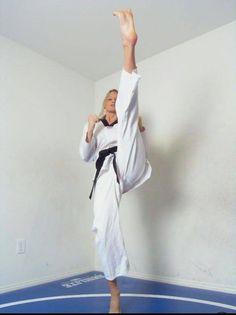 Taekwondo Girl, Karate Girl, Female Martial Artists, Martial Arts Women, Zombieland, Women's Feet, Girl Poses, Jiu Jitsu, Barefoot