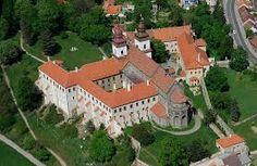 Zámek Telč (Google) Fortification, Czech Republic, Prague, Places To Visit, Europe, Mansions, House Styles, Travel, Manor Houses