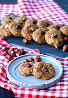 Sukkerfri hasselnøttopper - LINDASTUHAUG Cookies, Desserts, Food, Crack Crackers, Tailgate Desserts, Biscuits, Dessert, Cookie Recipes, Postres