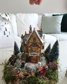 Klein kerstdorp maken onder een stolp - Christmaholic.nl Christmas Wreaths, Christmas Tree, Miniature, Holiday Decor, Crafts, Bullet Journal, Home Decor, Teal Christmas Tree, Manualidades
