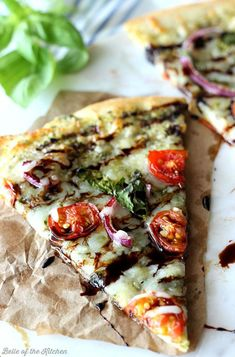Everything you love about Caprese Salad as a pizza! Made with pesto, tomatoes, red onions, and fresh basil, then topped with a cheesy blanket of mozzarella. Drizzle with balsamic reduction for a delicious finish! Flatbread Pizza, Pizza Pizza, Grilled Pizza, Flatbread Recipes, Vegetarian Recipes, Cooking Recipes, Healthy Recipes, Gourmet Pizza Recipes, Gourmet Pizza Toppings