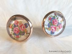 Diese wunderschönen Ohrstecker zeigen einen hübschen Strauß aus rosa Rosen sowie kleinen blauen und gelben Blumen. Perfekt für deine Hochzeit!  Durchmesser Cabochon inkl. Fassung: ca. 1,5 cm...