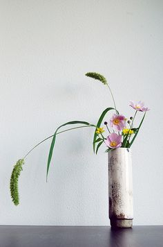 Ikebana 'Raku sprouting field flowers' by Otomodachi Ikebana Arrangements, Ikebana Flower Arrangement, Floral Arrangements, Bonsai, Art Floral Japonais, Arreglos Ikebana, Sogetsu Ikebana, Decoration Plante, Japanese Flowers