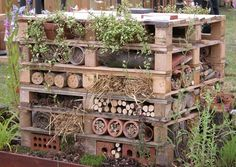 Perennial Flower Gardening - 5 Methods For A Great Backyard Bug Hotel - It's A Diy High Rise Building For Native Bees To Nest. Incredible Way To Bring More Valuable Pollinators To Garden. Bug Hotel, Old Pallets, Recycled Pallets, Wooden Pallets, Recycled Materials, Natural Materials, Free Pallets, Recycled Garden, Recycled Wood