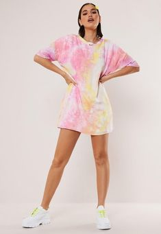 90's Fashion! Best 90's Outfit Ideas #90s #90sfashion #90sstyle #90saesthetic #90sgrunge #90sbabes #90sparty #90soutfits #vintage #vintageoutfits #vintageoutfitideas Cute Tie Dye Shirts, Leelah, Tie Dye Outfits, Tie Dye Clothes, Clothes Refashion, Diy Clothes, Tie Dye Fashion, Pastel Tie Dye, How To Tie Dye
