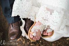 Χειροποίητα δερμάτινα νυφικά σανδάλια από λευκή δαντέλα και λευκά χειροποίητα τριανταφυλλάκισ Leather Sandals, Bride, Sneakers, Wedding, Shoes, Fashion, Wedding Bride, Tennis, Valentines Day Weddings