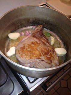 poivre, feuille de laurier, thym, sanglier, crême fraîche, huile, farine, champagne, oignon, beurre, sel