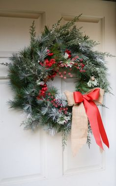 Make your own Christmas Wreath! Find the DIY tutorial on @merricksart