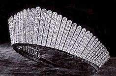Queen Elisabeth II Kokoshnik Tiara the grand tiaras were fixed to sophisticated hair arrangements with high buns. After 1907, the russian influence brought the Kokoshnik style tiaras and Cartier created several pieces set with diamonds.