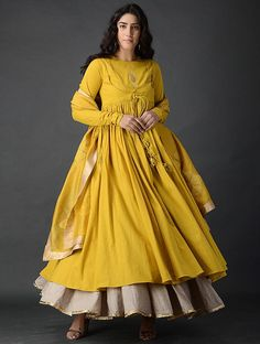 Glam Outfit Ideas for Indian Bridesmaids for every Ceremony Indian Gowns Dresses, Pakistani Dresses, Maxi Dresses, Indian Attire, Indian Outfits, Mehendi Outfits, Frock Fashion, Fashion Dresses, Indian Designer Outfits