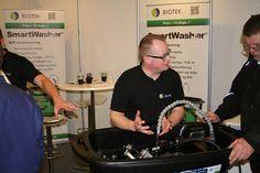 SmartWasher fra Biotek demonstreres her af Simon Faaborg ved FTZ Fagmessen 2014.  Billedet er taget af Mads Grotenberg   Mekonomen Autoteknik - ES Motor   www.es-motor.dk