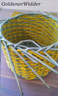 """Плетение из газетных трубочек: Узор """"крестики"""" одинарной трубочкой внутри. Нечётное количество. Круглая форма. Newspaper Crafts, Diy Home Crafts, Basket, Crafty, Quilts, Home Decor, Newspaper, Hampers, Button Art"""