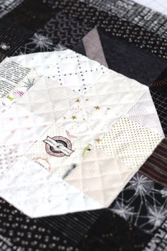 Machine crosshatch quilting on white patchwork pumpkin quilt block. Halloween Bunting, Halloween Quilts, Diy Halloween Decorations, Table Runner Tutorial, Pumpkin Pillows, Quilting Tutorials, Quilting Designs, Low Volume Quilt, Halloween Table Runners