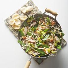Wokschotel met gerookte kip, mais en peultjes International Recipes, Wok, Potato Salad, Noodles, Potatoes, Pasta, Cooking, Ethnic Recipes, Drinks
