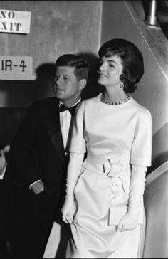 1961 – 1963. Gli anni di Jackie Kennedy alla Casa Bianca passano alla storia. Come first lady sceglie di vestire spesso firme francesi, Chanel, Givenchy e Dior. Tra i suoi designer favoriti Oleg Cassini che ne diventa sarto ufficiale personale.