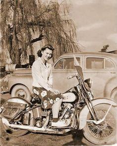 Vintage Motorcycles Girl on a Harley-Davidson motorcycle, - Motos Vintage, Vintage Bikes, Vintage Cars, Retro Vintage, Motos Harley Davidson, Classic Bikes, Classic Cars, Look Retro, Old Bikes