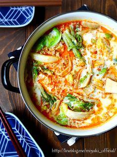 《おすすめ!》♡ひき肉と白菜の豆乳坦々鍋♡【#簡単#時短#節約#秋#冬】 |ニンニク、豆板醤、ごま油を炒め、ひき肉、オイスターソースなどを加えます。白菜、鶏がらスープ、豆乳を入れた鍋ににひき肉をのせて、柔らかくなったらできあがり。 Asian Recipes, Healthy Recipes, Ethnic Recipes, Soup Recipes, Cooking Recipes, Hot Pot, Diet Menu, Japanese Food, Good Food