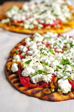 This is the best spicy pizza recipe, bar naan! l Grilled Spicy Naan with Goat Cheese I Love Food, Good Food, Yummy Food, Pizza Recipes, Cooking Recipes, Jai Faim, Great Recipes, Favorite Recipes, Bons Plans