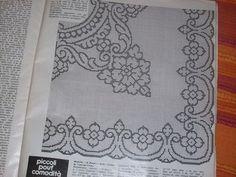 PICCOLI SCHEMI FILET..... Filet Crochet Charts, Crochet Tablecloth, Album, Doilies, Monochrome, Knitting Patterns, Diy And Crafts, Cross Stitch, Embroidery