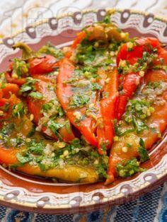 Рецепта за Салата с печени чушки, чесън и магданоз - начин на приготвяне, калории, хранителни факти, подобни рецепти