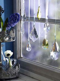 """<a href=""""/bildergalerie/2297089/ansicht.html"""">Märchenhaft</a> </b> schön: Zauberhafte Glasprismen reflektieren die einfallenden Sonnenstrahlen und erzeugen bunte Farbenspiele vor Ihrem Fenster. Besorgen Sie sich Glasprismen aus dem Bastelladen und knoten schmale Bänder an die Prismen. An einer Gardinenstange befestigt tanzen sie anmutig vor Ihrem Fenster.</p><p><b> <a href=""""/bildergalerie/2719324/ansicht.html"""">Mehr zum Thema DIY: Wohnaccessoires nähen Step by Step</a>"""