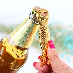 Gift your guest some pineapple bottle openers! Perfect for a beach-themed wedding <3