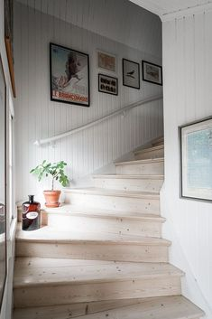 Grimmered, 160 kvm, Talgoxegatan 35 - Lundin Fastighetsbyrå - Lilly is Love Painted Stairs, Wood Stairs, House Stairs, The Way Home, House Entrance, Staircase Design, Interior Design Inspiration, Stairways, Home Accents