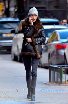 ☆Alexa Chung's street style and the aviator shearling jacket.