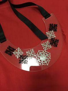 Акриловое украшение украсит и дополнит ваш зимний образ