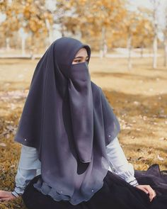 Hijab Fashion Summer, Niqab Fashion, Hijabi Girl, Girl Hijab, Beautiful Muslim Women, Beautiful Hijab, Islamic Fashion, Muslim Fashion, Girl Back Photo