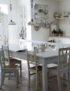 Mooie oude brocante eettafel, wit geverfd, met verschillende brocante stoelen. Ook leuke wandrekken en eiermandjes! Vergelijkbare brocante meubels en accessoires te koop bij www.old-basics.nl (grote loods en webshop)