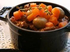 Ingrédients pour Boeuf aux carottes 500 g de steak de bœuf 800 g de carottes 2 oignons 2 gousses d'ail 100 ml de vin rouge 1 cube de bouillon de bœuf dégraissé 1 cuill. à soupe d'huile d'olive herbes de Provence sel, poivre. Préparation pour Boeuf aux carottes 1. Couper la viande de boeuf en morceaux. 2. Laver et éplucher les carottes, puis les couper en rondelles. 3.Couper les oignons en rondelles.