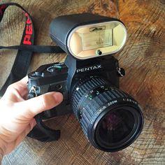 Esta fue mi primera cámara seria #firstshoot Bueno, en realidad era de mi padre pero la usaba mas yo que el. Con ella aprendí a hacer fotos de verdad, pesaba como un demonio y si, era de carrete (que es algo muy vintage, que digo!!! Muy trintage ya!!! ) #fotografía #photography #flashcabezón