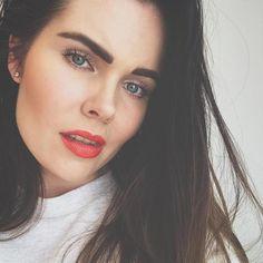 #BoldBrows + #RedHotLips = #FallFavorite! 📷: @jodiekatri on Instagram. Natural Makeup, Natural Skin Care, Bold Brows, Clean Beauty, Beauty Trends, Minerals, Makeup Looks, Lips, Beautiful
