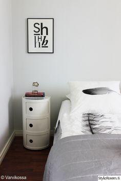 makuuhuone,makuuhuoneen sisustus,sisustus,tekstiilit,tekstitaulu,juliste,anno,componibili,yöpöytä,säilytys