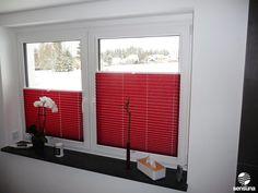 Roter Sichtschutz von sensuna® im Badezimmer
