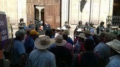 Una comisión de representantes es recibida en la sede del Poder Ejecutivo de Michoacán (FOTO: MARIO REBOLLAR)