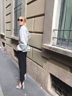 The trend is back. This is how to wear stirrups with heels. Minimal Fashion, Work Fashion, Fashion Outfits, Fashion Design, Fashion Details, Street Fashion, Fashion Trends, Street Style Edgy, Street Style Women