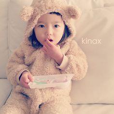 *  My tiny bear is eating today's sweets  *  お日様も出てるから思い切ってみんなでお散歩に出たけど  風が強くて冷たくて、早々に帰ってきたよʕ •́؈•̀ ₎  *  寒いから久しぶりにクマさんʕ •́؈•̀ ₎  すれ違ったおばあちゃんがニコニコしてたよ(๑′ᴗ‵๑)  むふ  *  #親バカ部 #children #kids #ぱっつん #みみ部 - @kinax- #webstagram