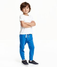 Cornflower blue. CONSCIOUS. Sweatpants in an organic cotton blend. Elasticized drawstring waistband, side pockets, and ribbed hems. Soft, brushed inside.