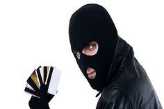 Украли кредитку-что делать? | Пластиковые карты, как правило, мы храним в бумажнике. А именно бумажник является объектом главного интереса воров и грабителей.  Заблокируйте карту и предупредите банк.  Первым делом нужно заблокировать карту. Закрыть доступ к вашим деньгам можно непосредственно через банкомат или в отделениях банка, если они оказались поблизости после кражи. Есть и другие .....