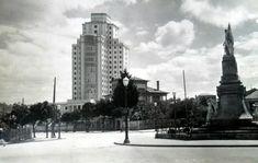 Hospital Xeral desde a praza de España co monumento aos heroes da reconquista City Of Angels, Empire State Building, History, Celtic, Poster, Travel, Image, City Life, Antique Photos