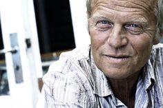 Morten Sabroe (f.1947). Journalist og forfatter. Har skrevet for skiftende dagblade, bl.a. Information og Politiken, inden han blev fuldtidsforfatter. Inspireret af den afdøde amerikanske gonzojournalist Hunter S. Thompson, som han også har oversat til dansk, er han en af de mest markante repræsentanter for new journalism i Danmark. Han har bl.a. udgivet romanerne Johanna (1998) og Den spanske gæst (2000).