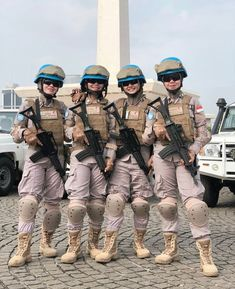 keep smiling no matter what happens girls 💙. Bon Courage, Female Soldier, Military Girl, Warrior Girl, Military Women, Girls Uniforms, Girl Power, Actors, Army Girls
