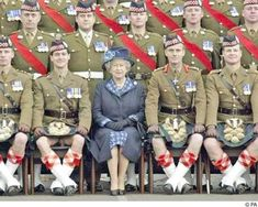 The Queen and the Kilts. Laddie there is in true form but let's uh, let's make sure our kilt is padded down. This was regimental XO.I am pretty sure he got rifd after this. Tartan, Plaid, Scottish English, Funny Jokes, Hilarious, It's Funny, Funny Shit, Isabel Ii, Demotivational Posters