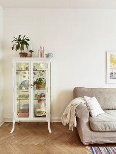 Preciosa vitrina blanca iluminada y suelo de madera trenzada! Tendencias en decoración neutros estilo nórdico escandinavo.