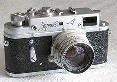 Krasnogorsk: Zorki 4A.  Se fabricaron de 1956 a 1978, más que cualquier otra cámara basada en Zorki Leica. . Los primeros Zorki 4 eran casi idénticos al 3C, con la adición de un disparador automático. Se pueden identificar por los pequeños marcos alrededor de las ventanas del visor, todas las letras y números están inscritos y el cuerpo tiene orejetas de correa. http://swcornell.com/camera/zorki4list.html Antique Cameras, Old Cameras, Vintage Cameras, Beauty Camera, Camera Gear, Film Camera, Rangefinder Camera, Retro Camera, Canon Photography