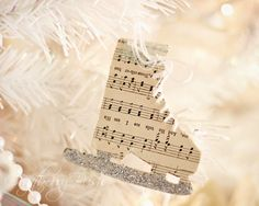 Sheet Music Crafts - {Handmade Christmas Ornaments}Make a sheet of music - Ornament Tutorial {CCC}How to antiquate paperPlan to make a little antique paper with Christmas notes to spend the holidays indoors! Music Christmas Ornaments, Noel Christmas, Christmas Paper, Homemade Christmas, White Christmas, Diy Ornaments, Beautiful Christmas, Sheet Music Ornaments Diy, Christmas Mantles